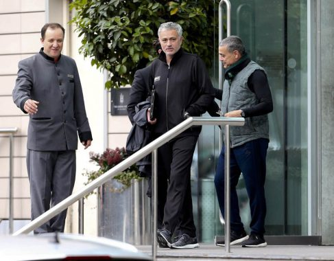 Hậu trường sân cỏ 13/10: Mourinho thích ở khách sạn khi dẫn dắt M.U