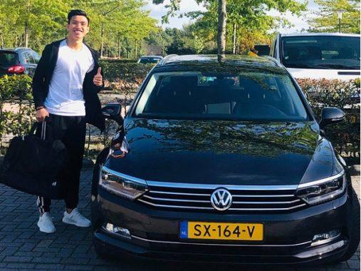 Văn Hậu tươi tắn khi được cấp xe riêng tại Heerenveen