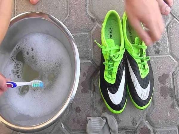Cách vệ sinh giày đá bóng đơn giản cho giày luôn bền đẹp